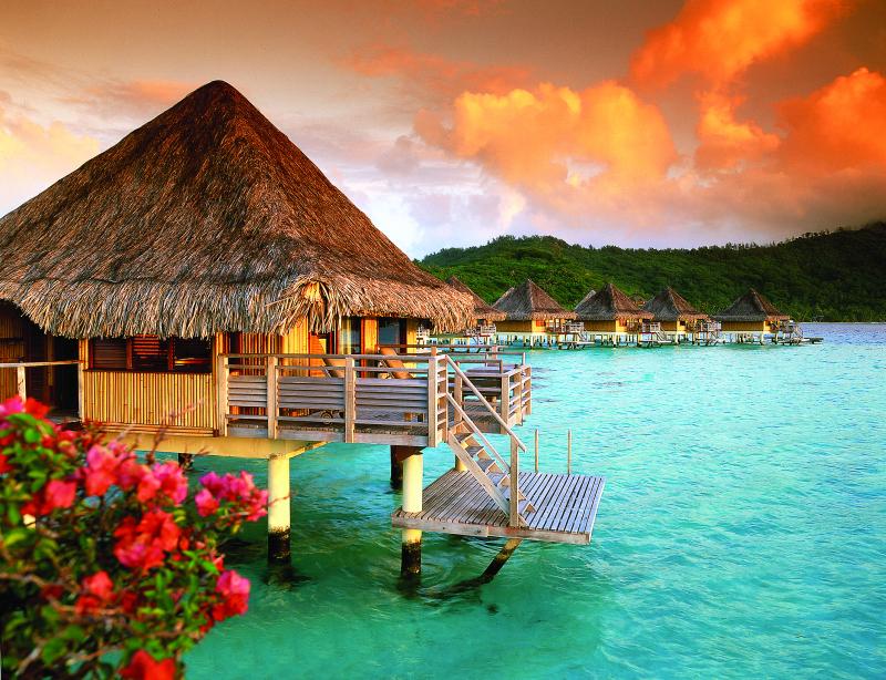 Bungalows sur l'eau à Bora Bora.