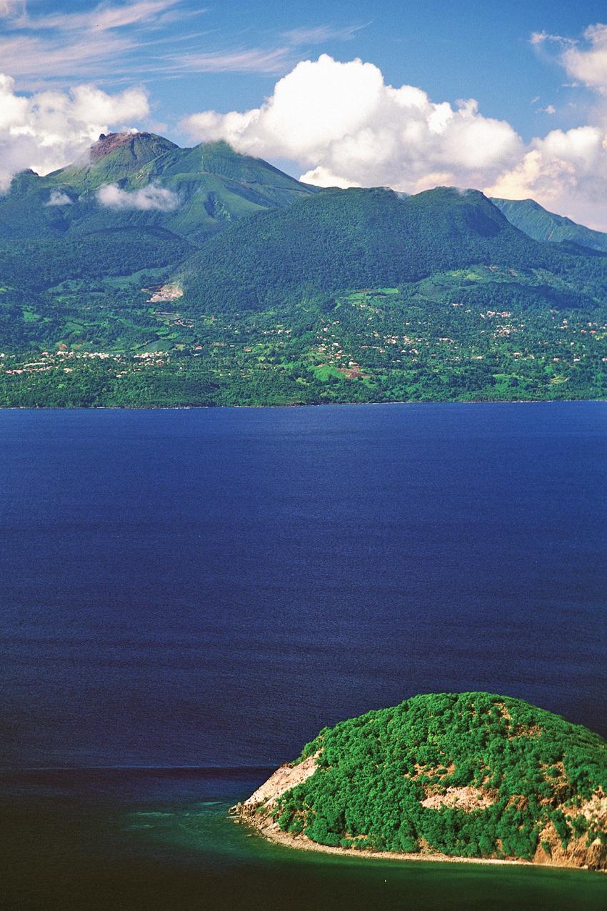 Vue de l'îlet Cabri (Les Saintes) vers la Basse-Terre, avec La Soufrière au loin