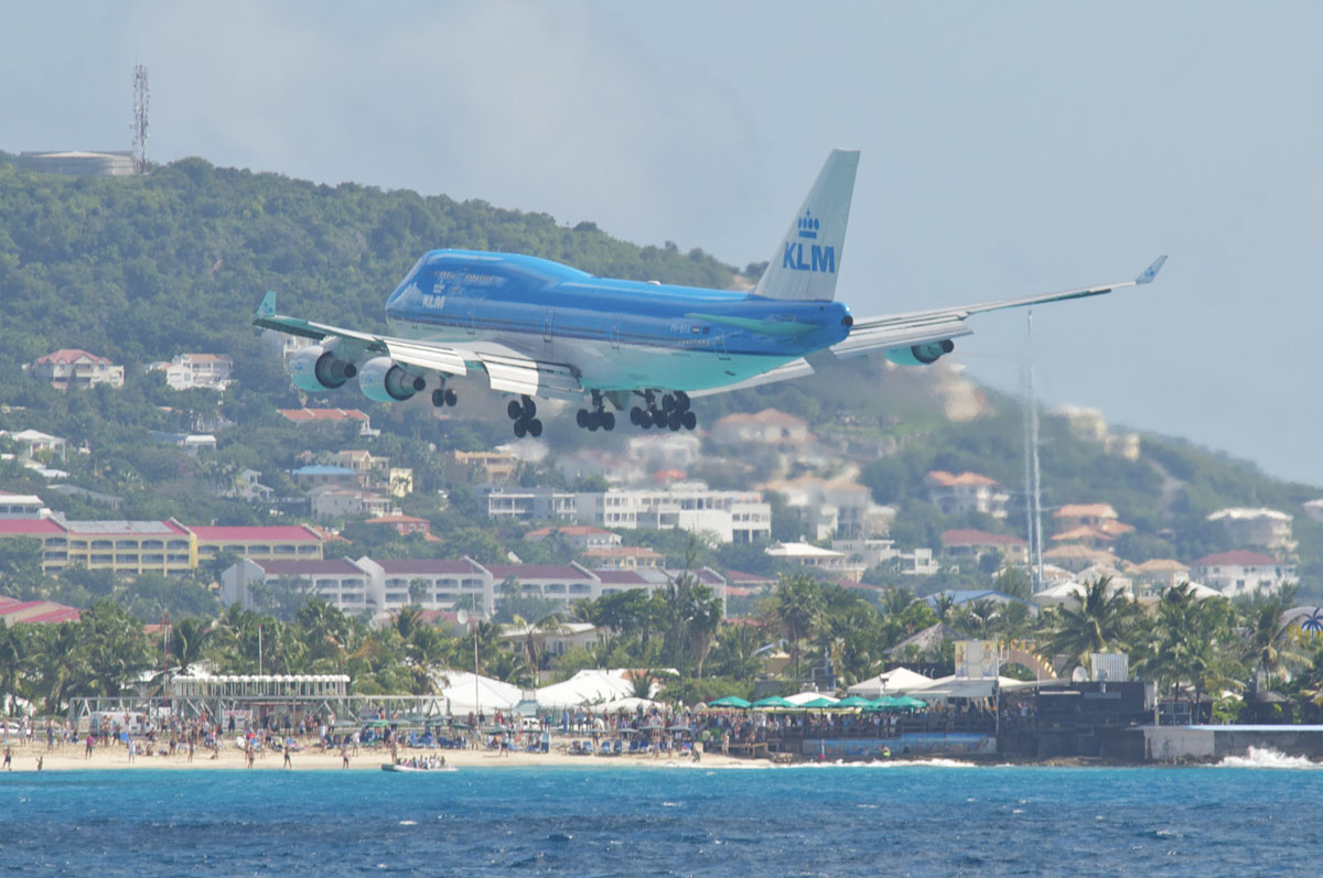 Avion au-dessus de l'aéroport de Saint-Martin