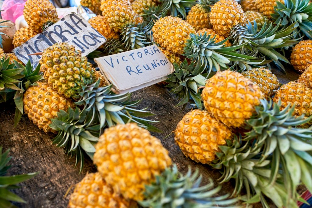 Ananas sur le marché à la Réunion