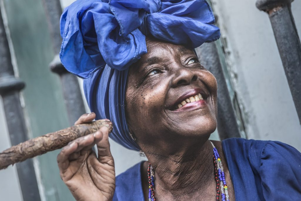 Cuba femme fume le cigare La Havane
