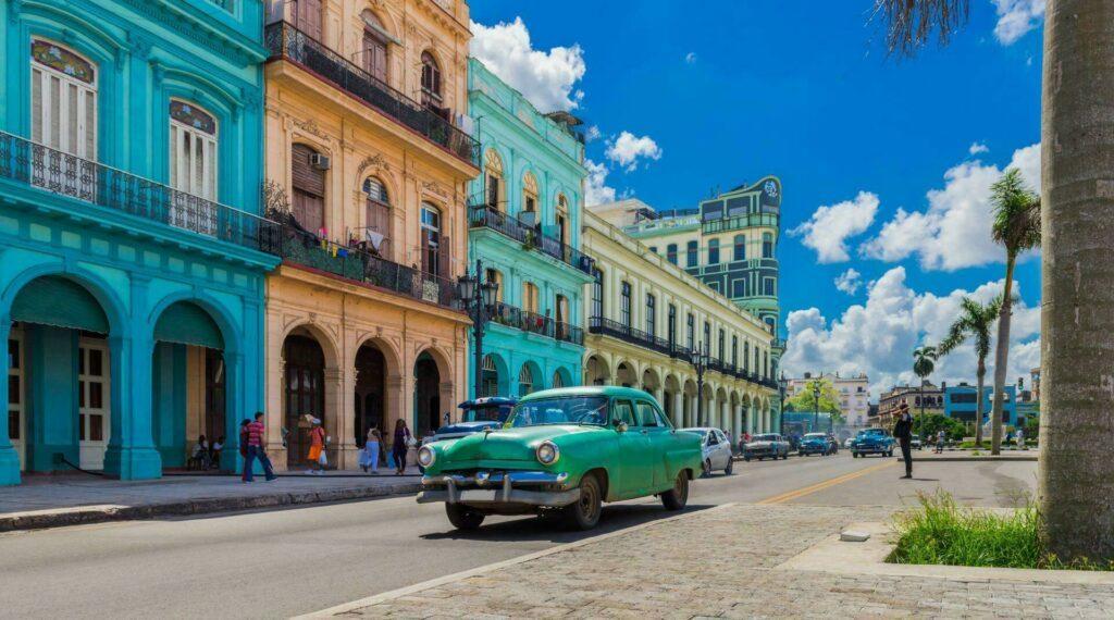 Cuba La Havane voiture ancienne maisons colorees