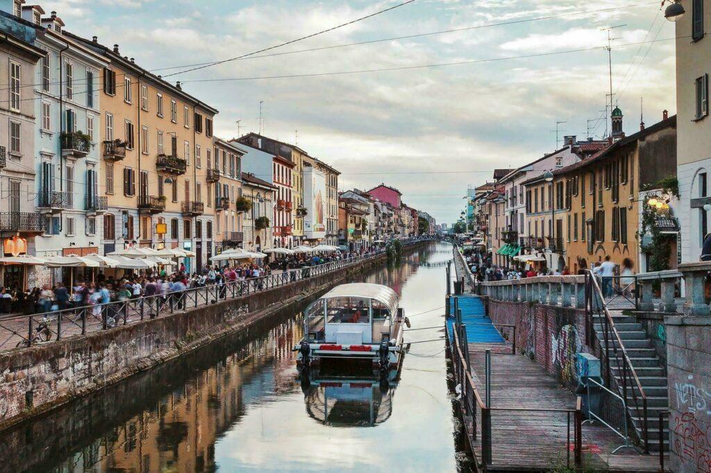 Restaurants et bars au bord du grand Canal de Milan, Italie