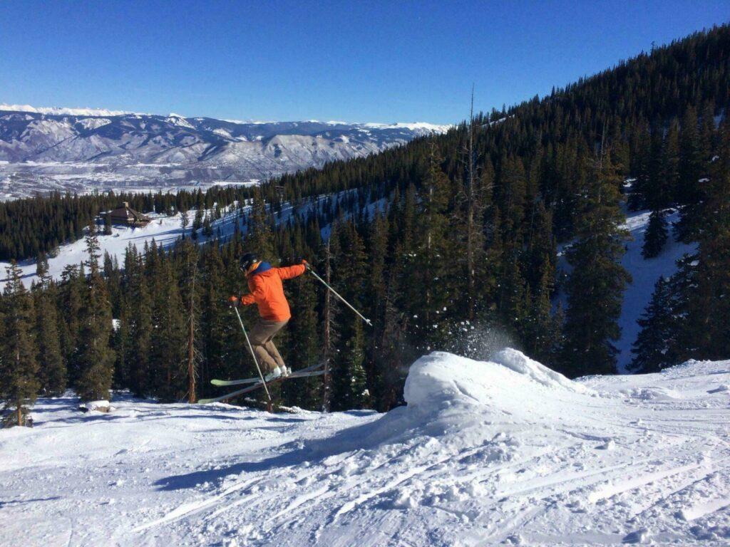 Skier dans les Rocheuses à Aspen