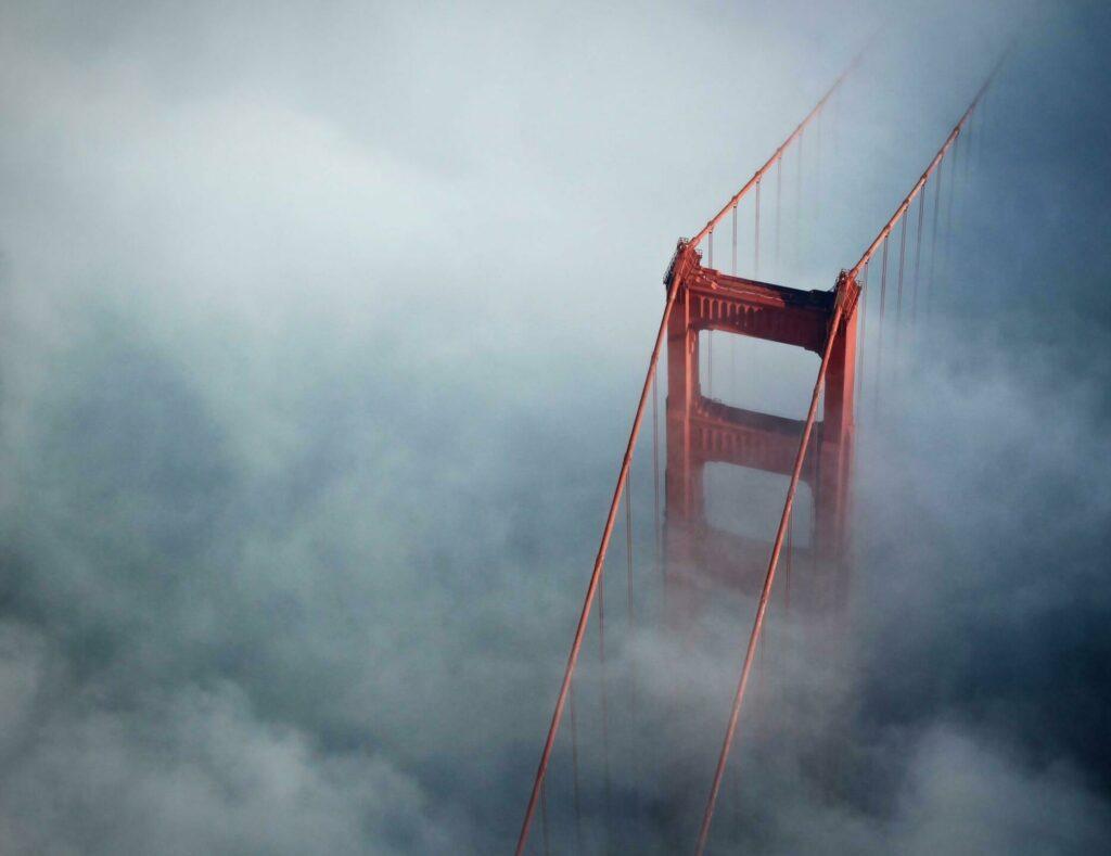 Le Golden Gate Bridge dans le brouillard