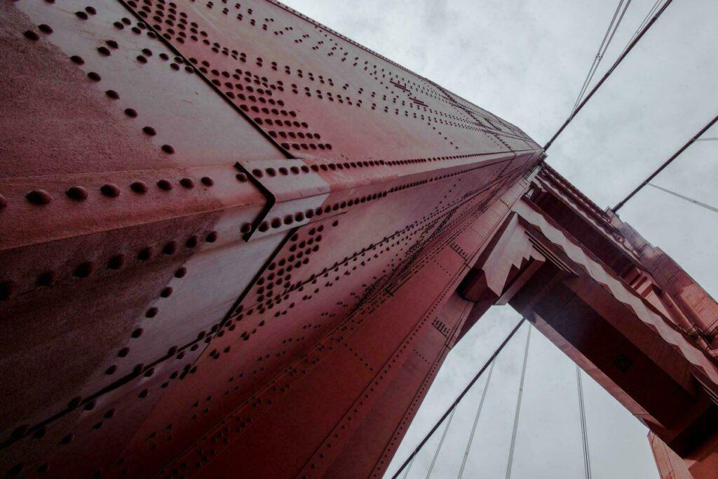 La couleur orange-rouge du pont