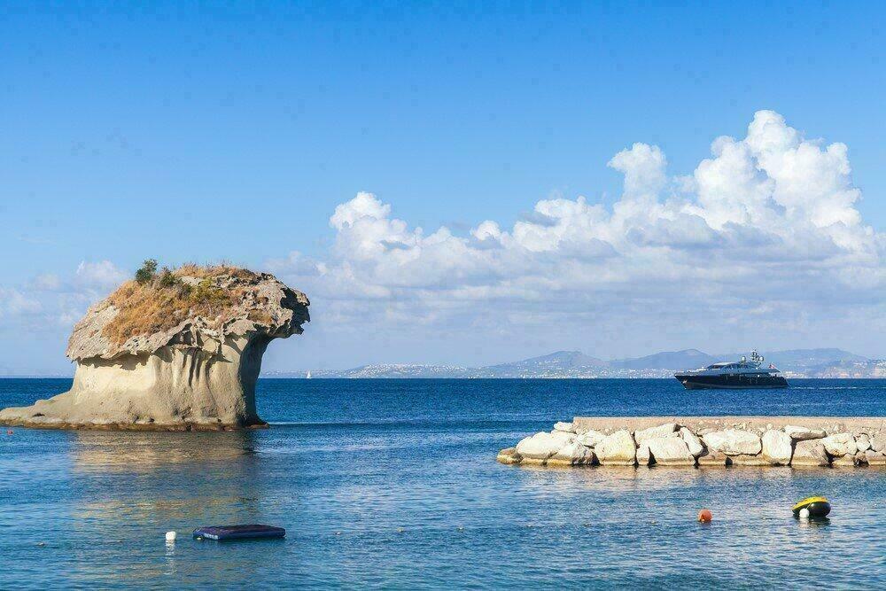 Il Fungo, rocher en forme de champignon à Lacco Ameno, Ischia