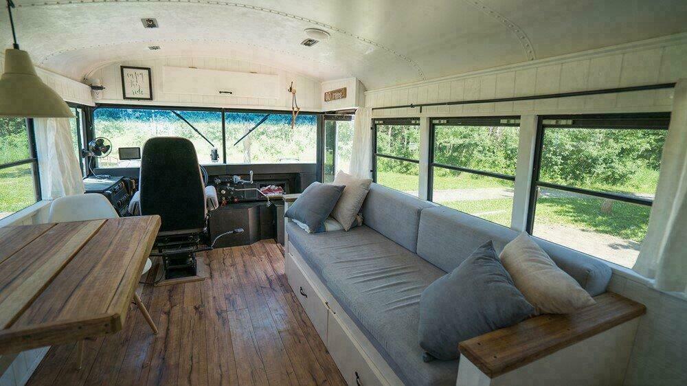 Intérieur du bus scolaire - Banquette et coin salon