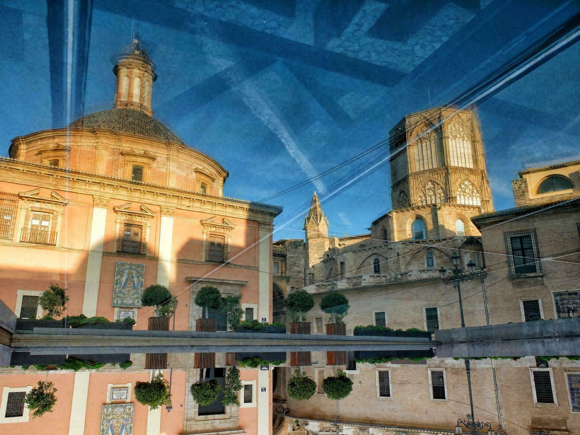 Reflet de la Basilique Royale et la Cathédrale de Valencia