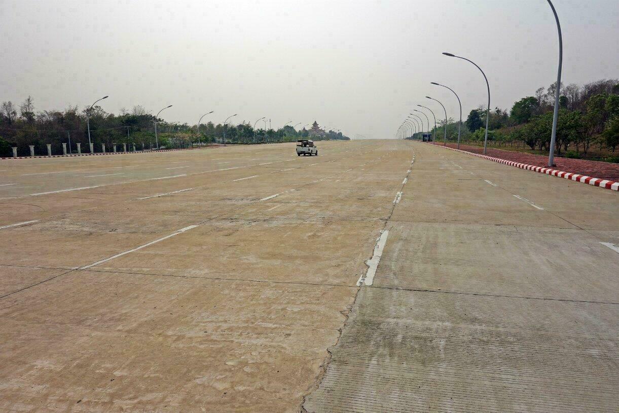 Les routes désertes de Naypyidaw