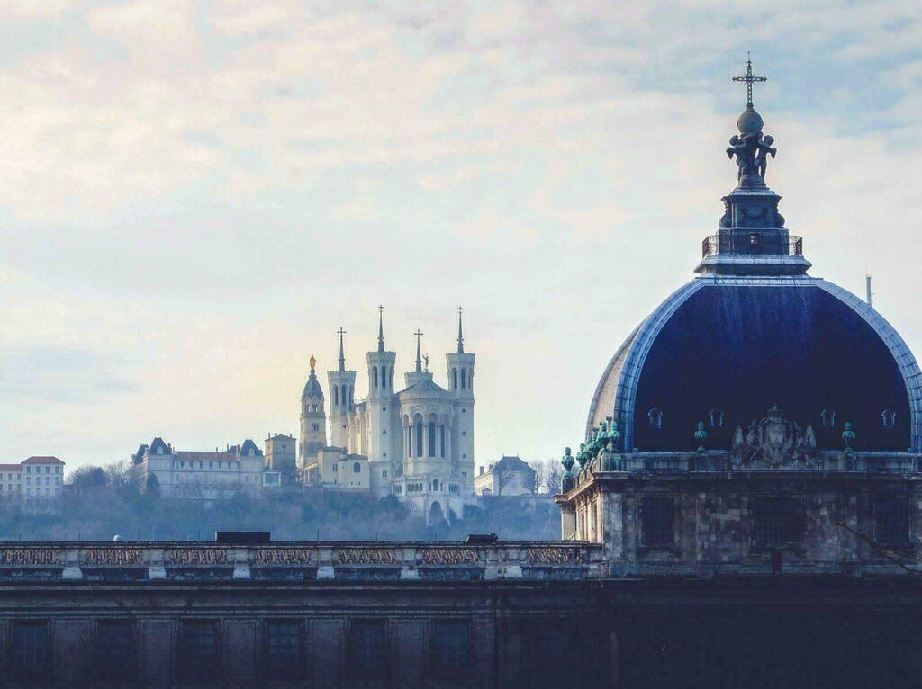 La basilique de Fourvière domine Lyon