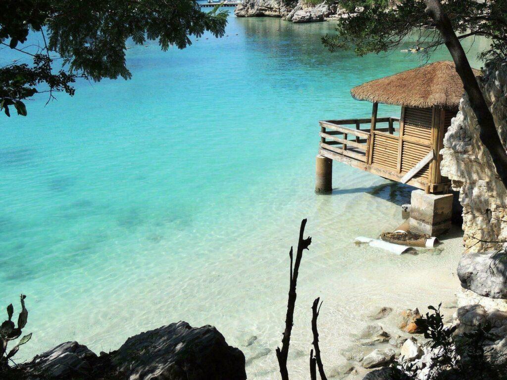 Petite plage et cabanon aux Bahamas