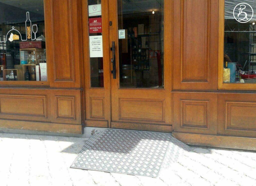Rampe renforcée d'un magasin pour accès fauteuil roulant
