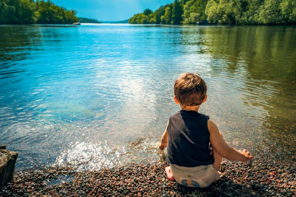 enfant lac en juin