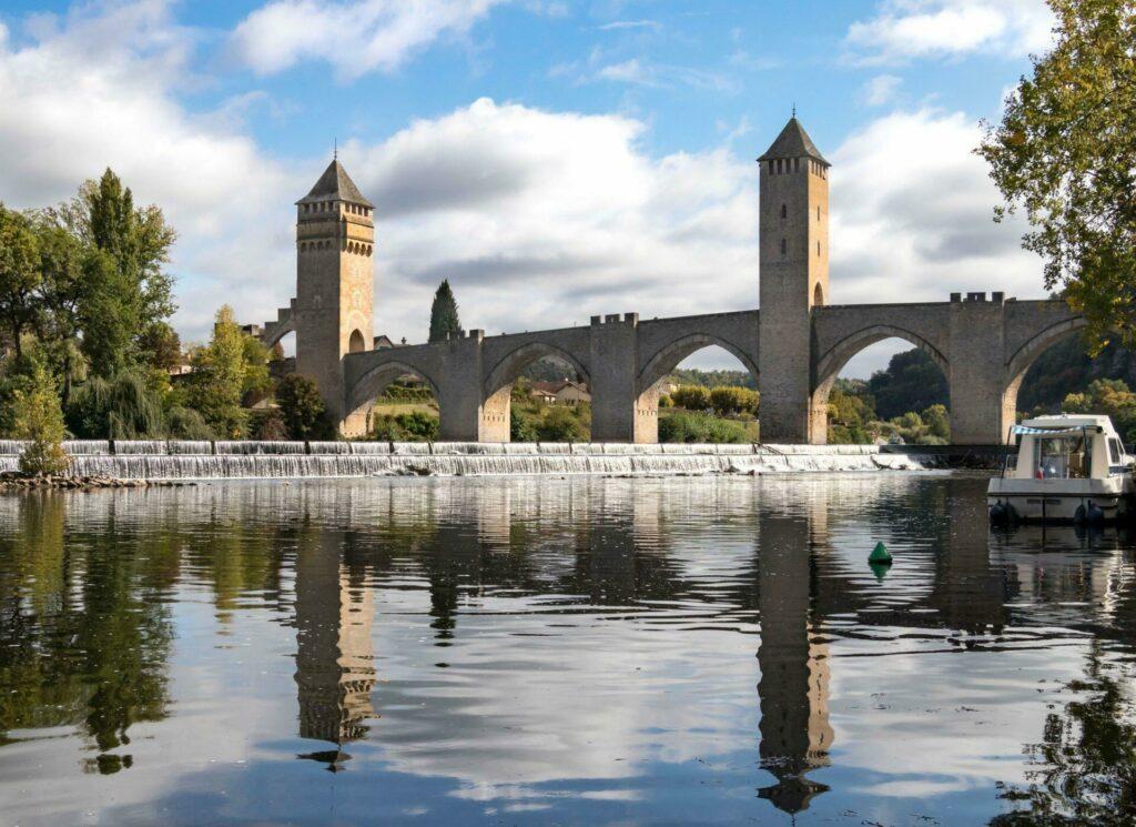 Le pont Valentré franchissant le Lot