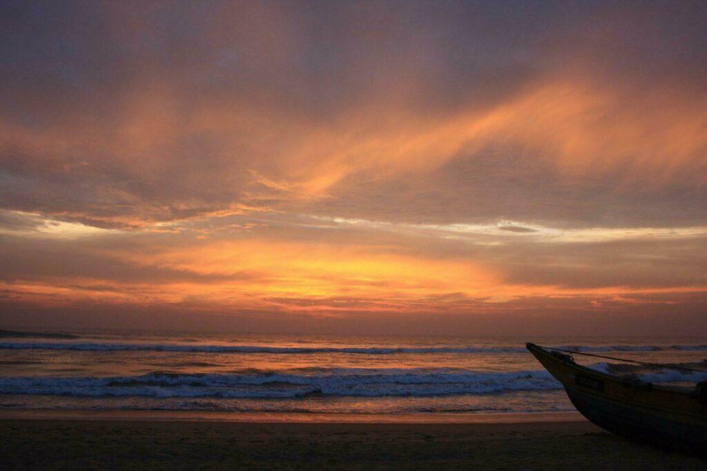 Admirer un coucher de soleil à la plage de Kalutara, Sri Lanka