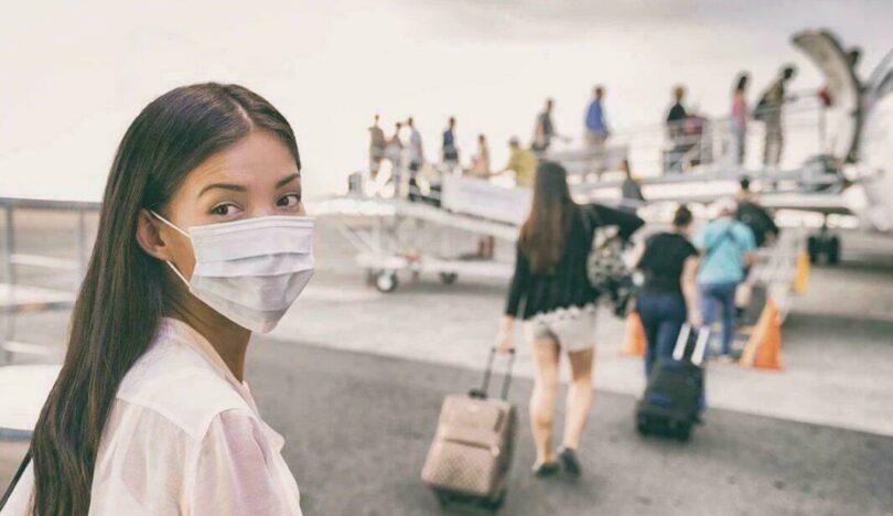 Tourisme et coronavirus : touriste portant un masque