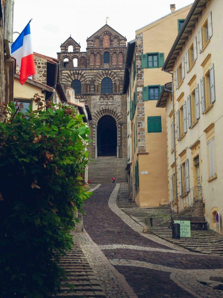 La cathedralde du Puy-en-Velay vue depuis la rue