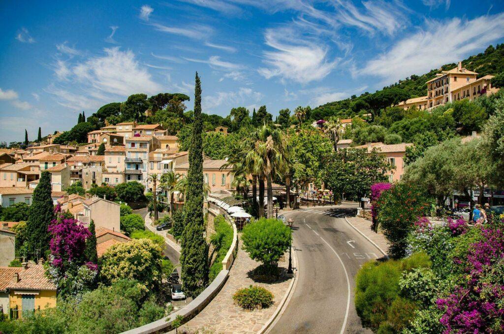 Joli village de Bormes-les-Mimosas, situé en Provence-Alpes-Côte d'Azur