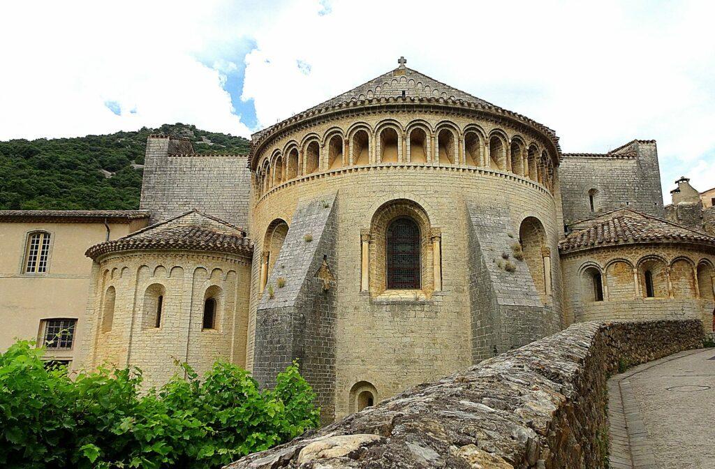 Découvrez l'abbaye dans le village Saint-Guilhem-le-Désert
