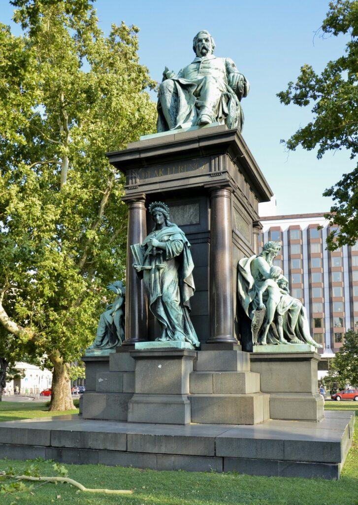statue Budapest