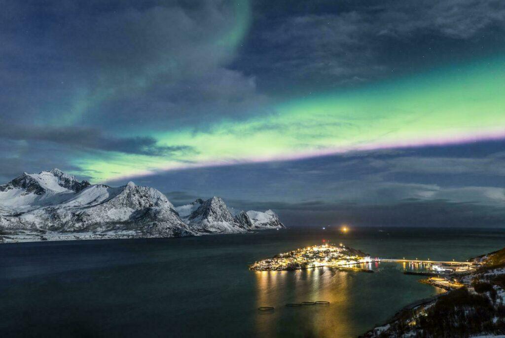 Aurore boréale traversant un paysage de Laponie