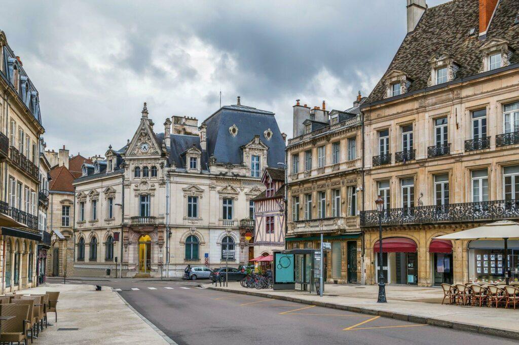 Restaurants dans une rue de Dijon