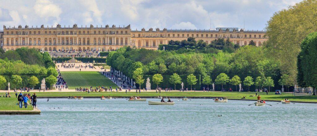 Profitez des jardins du château et du canal