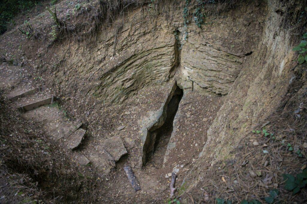 L'entrée d'un tunnel - Pyramides de Bosnie