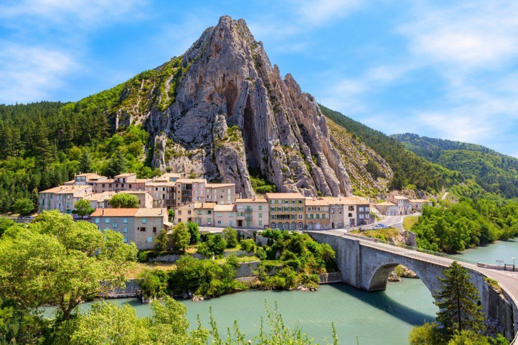 La route Napoléon passant à Sisteron