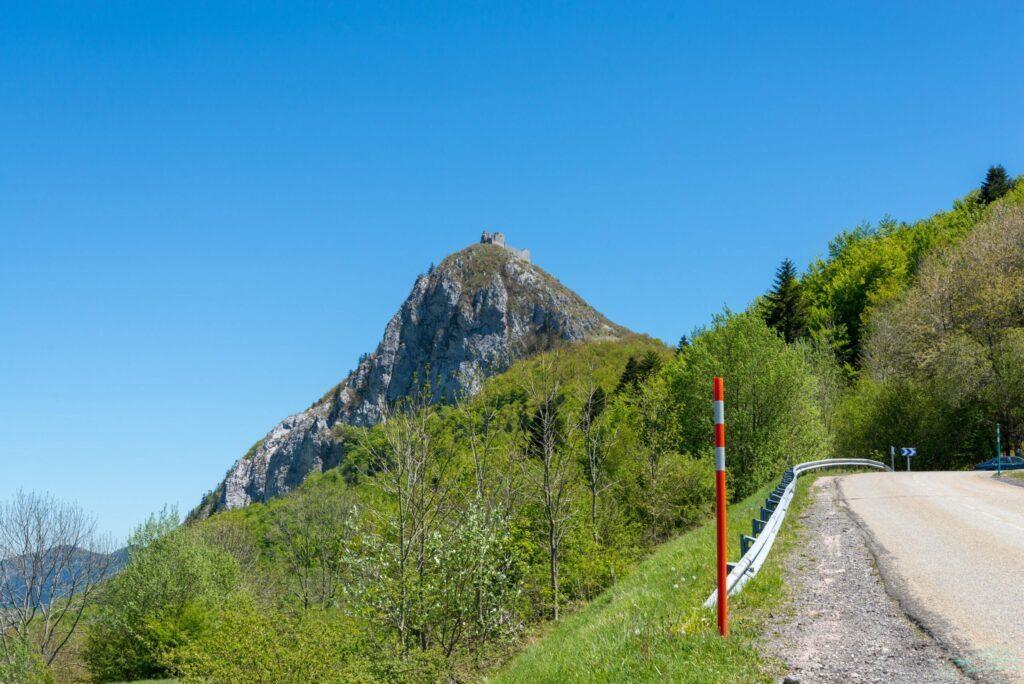 Vue sur le château de Montsegur depuis la route à moto en France