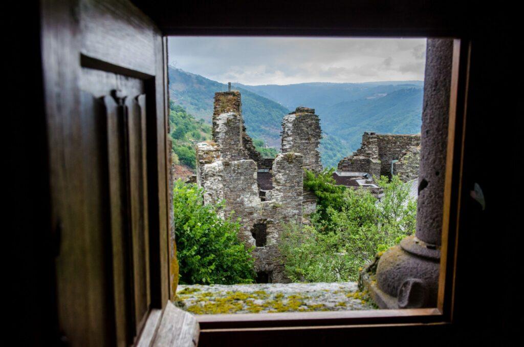 Le château de Valon dans l'Aubrac