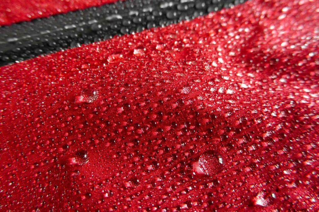 Couche extérieure d'une veste couverte d'eau