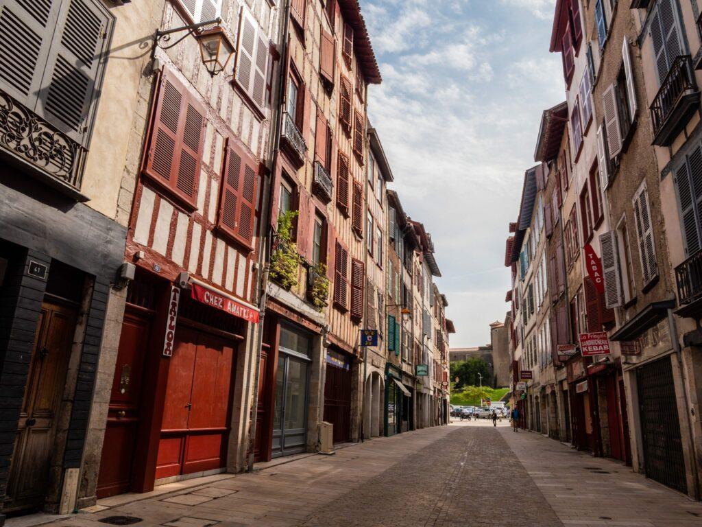 Une rue du centre-ville de Bayonne